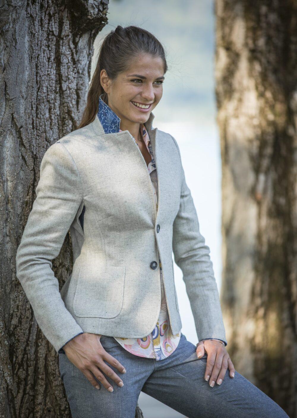 Hellgrauer Damenblazer aus Wolle-Leinen-Fischgrad mit Details aus Blaudruck